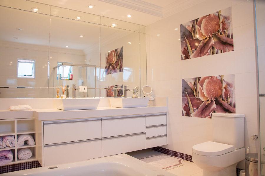 Oświetlenie lustra w łazience   – jak je aranżować?